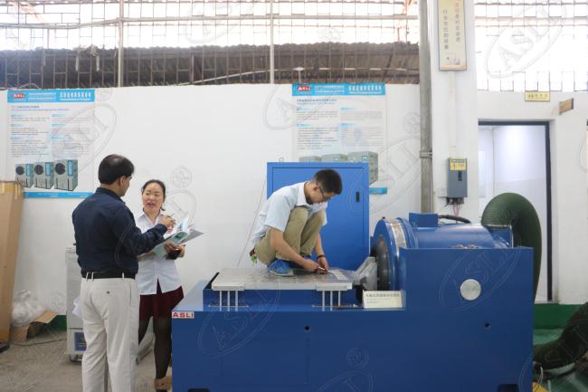 台湾客户考察我司XYZ高频振动试验台